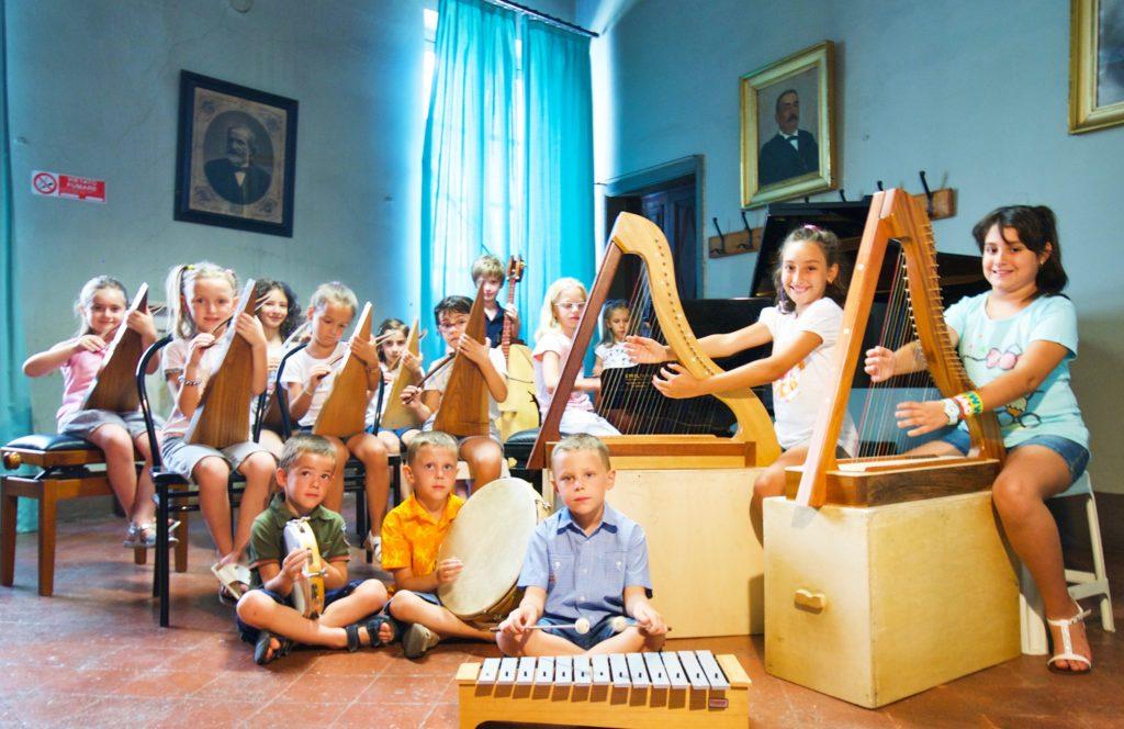 L'arpa cortese suonata dai bambini della scuola di Ovada